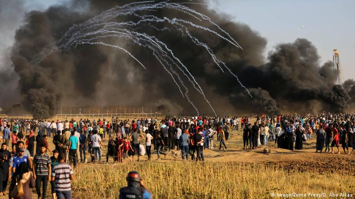 Palstinians gather during clashes with Israel in Gaza (Imago/Zuma Press/D. Abo Alkas)