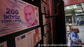 Αρνητικό επιτόκιο για τη λίρα με αποτέλεσμα πολλοί να αγοράζουν δολάρια ή χρυσό