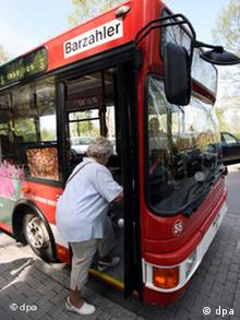 Пенсинерка садится в автобус
