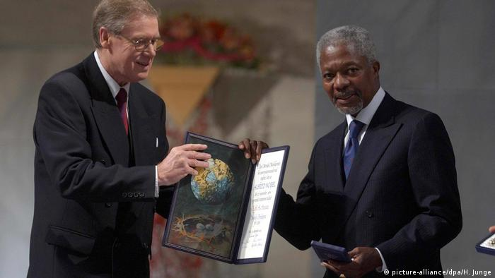 Kofi Annan accepts the Nobel Peace Prize in Oslo in 2001 (picture-alliance/dpa/H. Junge)