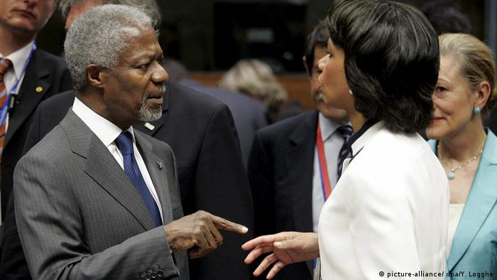 Kofi Annan points while talking to Condoleezza Rice (picture-alliance/ dpa/Y. Logghe)