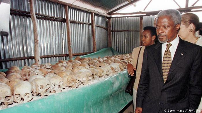 Kofi Annan looks at skulls of genocide victims in Rwanda (Getty Images/AFP/A. Joe)