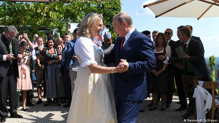 Президент России Владимир Путин танцует с тогдашней главой МИД Афстрии Карин Кнайсль на ее свадьбе