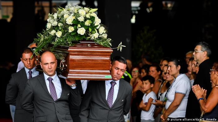 Italians carry the coffin of one of those who died in the bridge collapse (picture-alliance/dpa/S. Arveda)