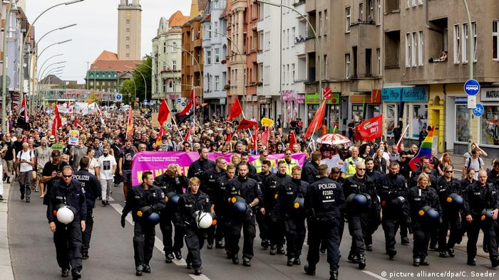 Counterprotesters march down a street in Berlin (picture alliance/dpa/C. Soeder)