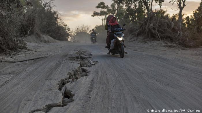 Un terremoto de magnitud 7,5 sacudió hoy la isla de Célebes, en el norte de Indonesia, después de que, unas horas antes, otro de 6,1 grados provocase la muerte de una persona, 10 heridos y el derrumbe de edificios. En la foto, una grieta provocada por el último sismo en Lombok, Indonesia, en agosto de este año. (28.09.2018).