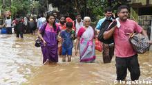 (180819) -- KOCHI, Aug. 19, 2018 () -- People evacuate from a flood-striken area in Kochi of Kerala State in India, on Aug. 18, 2018. () INDIA-KOCHI-FLOOD Xinhua PUBLICATIONxNOTxINxCHN
