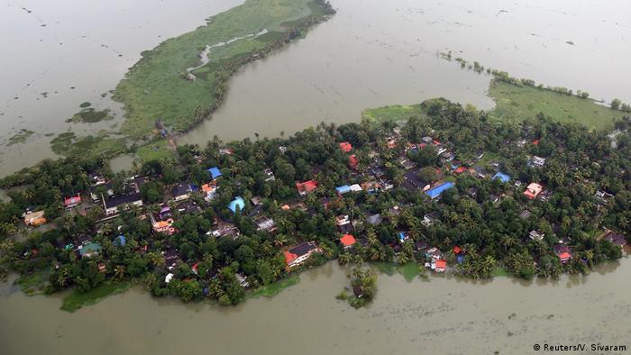 Vom Wasser eingeschlossenes Dorf in Kerala (Reuters/V. Sivaram)