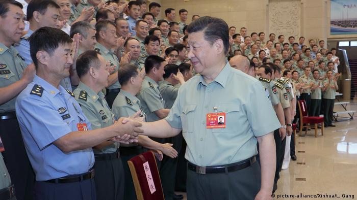 China Peking - Xi Jinping bei CMC Parteitreffen (picture-alliance/Xinhua/L. Gang)