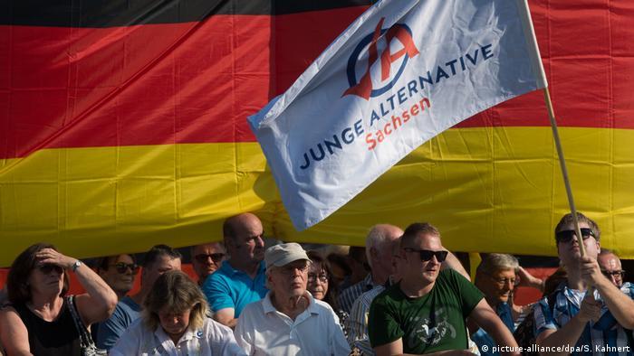 Demonstrație a tineretului AfD la Dresda, în timpul unei vizite a cancelarei Merkel (picture-alliance/dpa/S. Kahnert)