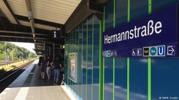 A platform of the Hermannstrasse station