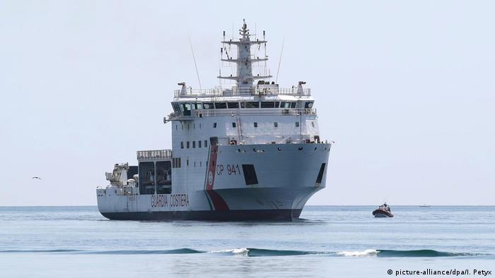 Obwohl die Diciotti zur italienischen Küstenwache gehört, durften die aus Seenot geretteten Migranten zunächst nicht an Land