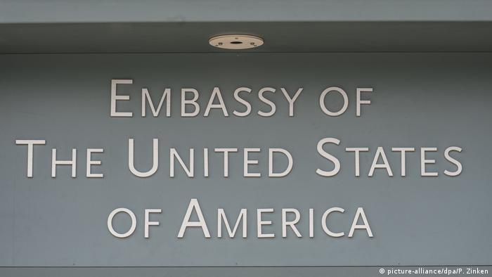 Papan tulisan Kedutaan Besar AS di Berlin