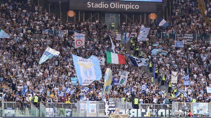 Tribina u stadionu u Rimu i navijači Lazija