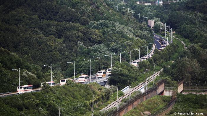 Buses carrying South Koreans to the reunion (Reuters/Kim Hong-Ji)