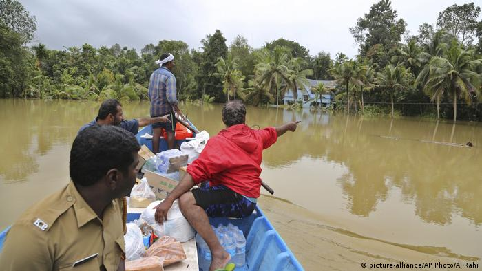 Rettungsbooteinsatz in Chengannur (Indien) (picture-alliance/AP Photo/A. Rahi)