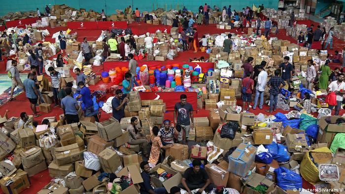 Freiwillige sortieren Hilfsgüter in Kochi (Indien) (Reuters/Sivaram V)