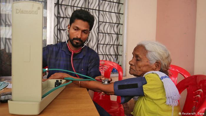 Untersuchung in der Notunterkunft Chengannur (Reuters/A. Dave)