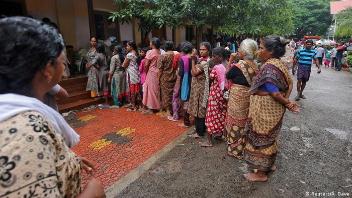 Frauen warten auf Hilfsmittel in Chengannur (Reuters/A. Dave)
