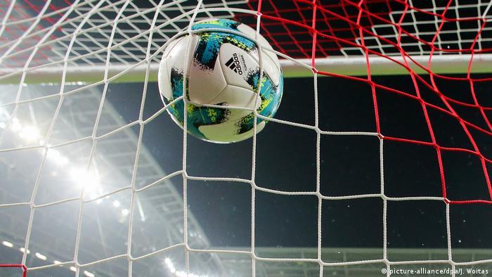 Футбольний м'яч влітає у ворота (символічне фото)
