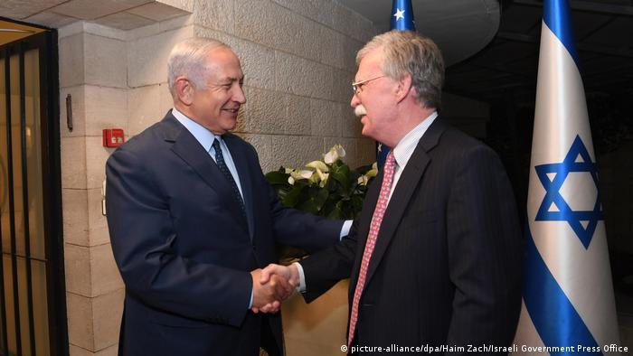 جان بولتون (راست) در دیدار با بنیامین نتانیاهو، نخستوزیر اسرائیل در ماه اوت سال ۲۰۱۸ د ر اورشلیم (بیتالمقدس)