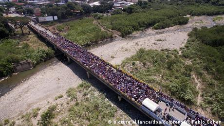 A bridge out of Venezuela flooded with people (picture alliance/dpa/colprensa/J. Pablo Cohen)