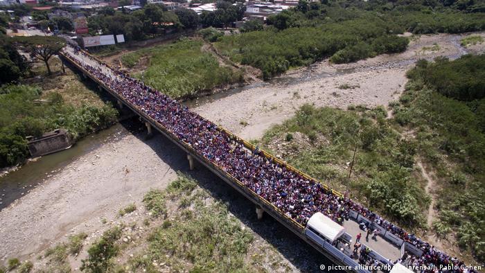 Venezuela Krise Immigration l Grenze zu Kolumbien l Brücke Simon Bolivar (picture alliance/dpa/colprensa/J. Pablo Cohen)