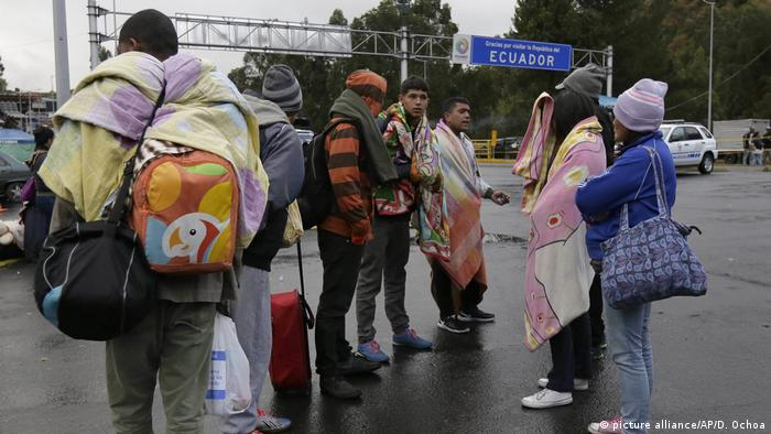 A group of refugees stand on the border to Ecuador (picture alliance/AP/D. Ochoa)