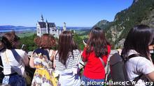 Touristen am Schloss Neuschwanstein im Sommer