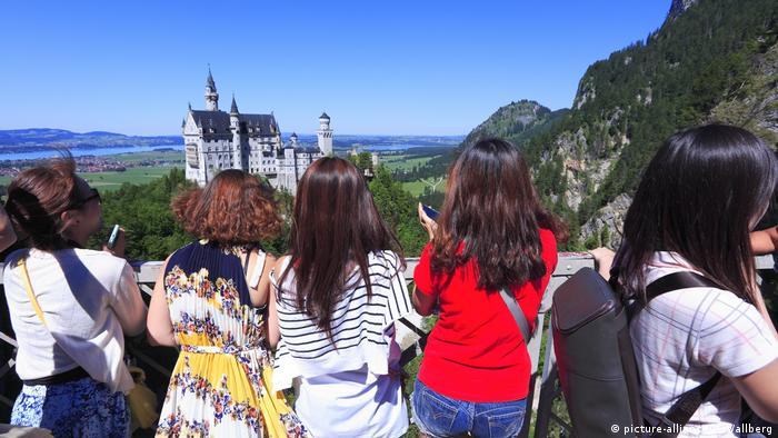 Touristen am Schloss Neuschwanstein im Sommer (picture-alliance/C. Wallberg)