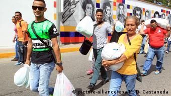 Kolumbien Grenze zu Venezuela Venezuelaner mit Einkäufen