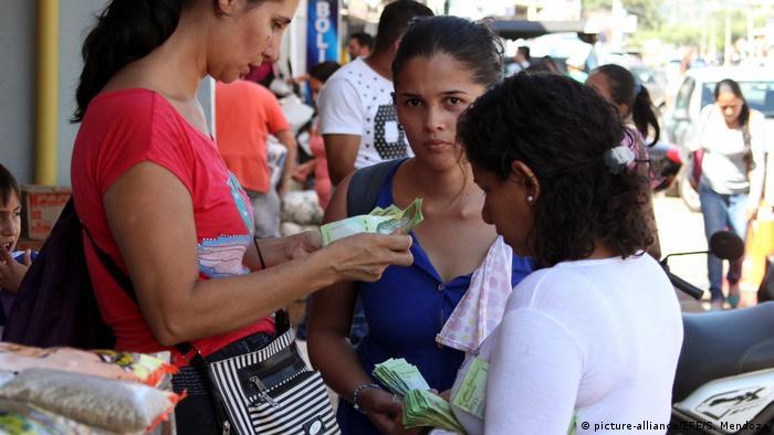 La mayoría de los venezolanos que cruza la frontera lo hacen para comprar alimentos básicos y medicamentos en Colombia.