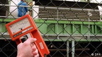 Ein Geigerzähler zeigt die von einem Castor-Behälter ausgehende radioaktive Strahlung an (Foto: picture-alliance/dpa)