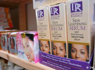 Hautaufheller-Produkte stehen in einem Regal