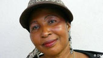 Eine Frau mit Hut im Leopardenmuster