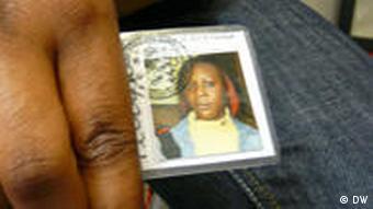 Ein Mädchen hält ihren Schülerausweis in der Hand
