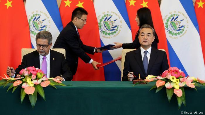 China Carlos Castaneda und Wang Yi unterzeichnen Vertrag in Peking (Reuters/J. Lee)