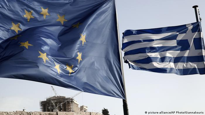 A Greek and a European Union flag billow in the wind as the ruins of the fifth century BC Parthenon temple is seen in the background (picture-alliance/AP Photo/Giannakouris)