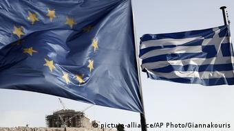 Флаги ЕС и Греции на фоне Акрополя