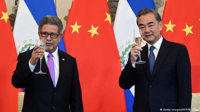 China Carlos Castaneda und Wang Yi unterzeichnen Vertrag in Peking (Getty Images/AFP/W. Zhao)
