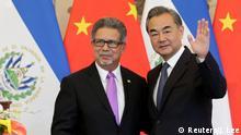 China Carlos Castaneda und Wang Yi unterzeichnen Vertrag in Peking