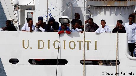 Kαθηλωμένοι πρόσφυγες σε πλοίο στην Κατάνια