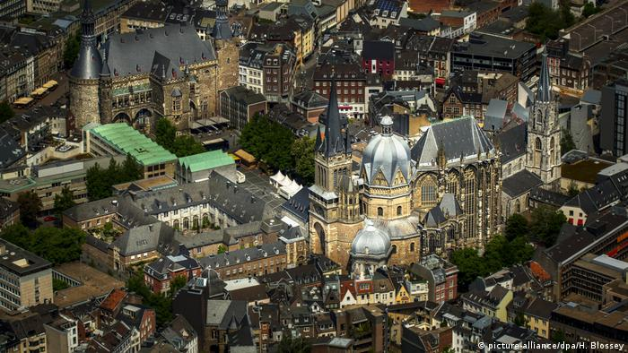 Aachener Dom und Aachener Rathaus, Innenstadt, Aachen, Euregio Maas-Rhein, Nordrhein-Westfalen, Deutschland, Europa (picture-alliance/dpa/H. Blossey)