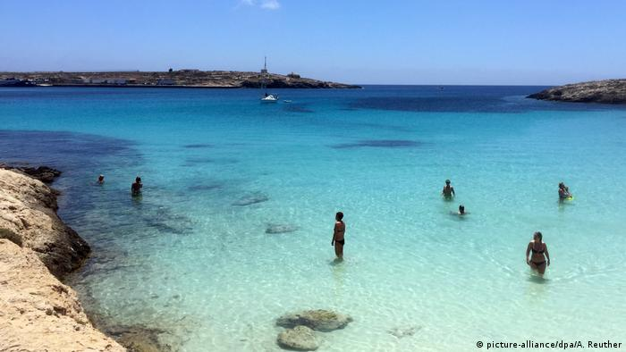 Italien Lampedusa - Touristenparadies mit Schiffsfriedhof (picture-alliance/dpa/A. Reuther)