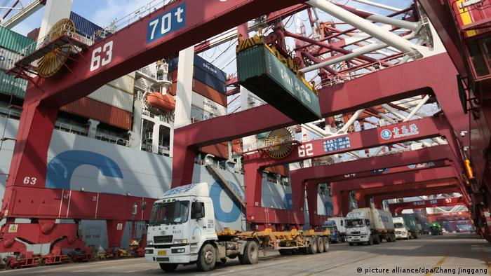 Symbolbild China - USA Strafzölle | Container (picture alliance/dpa/Zhang Jinggang)