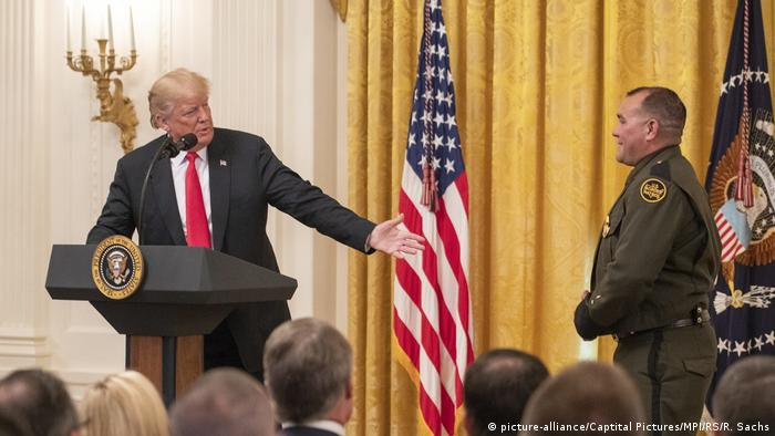 USA Washington - Donald J. Trump mit Grenzpolizist Adrian Anzaldua (picture-alliance/Captital Pictures/MPI/RS/R. Sachs)