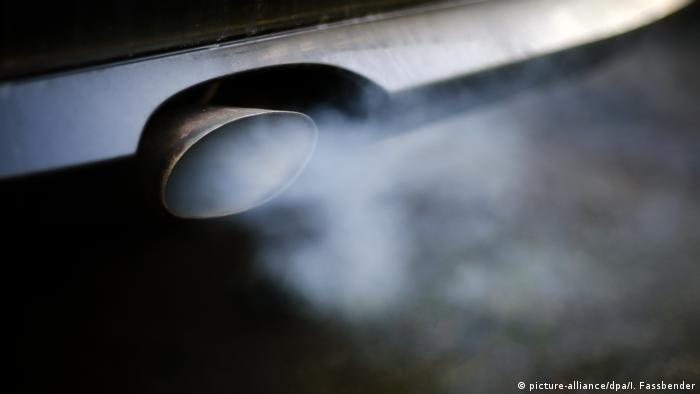 Exhaust fumes coming from a car (picture-alliance/dpa/I. Fassbender)