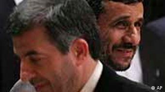 محمود احمدینژاد، رئیسجمهور، (راست) و رئیس دفتر او، اسفندیار رحیم مشایی