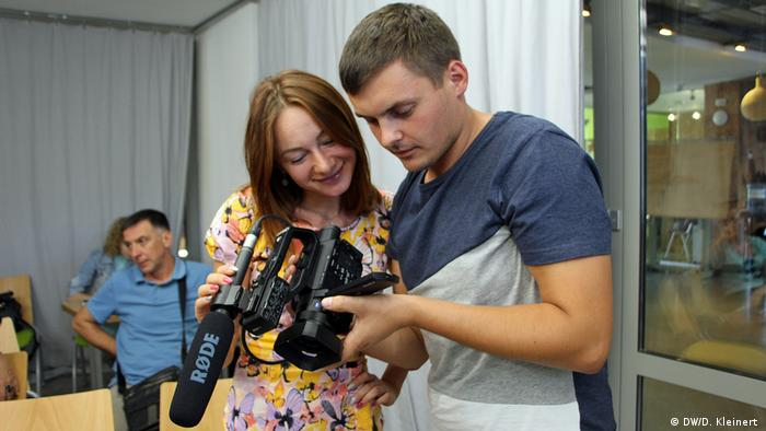 New colleagues, a new focus and new technology: reporters test their new equipment. (DW/D. Kleinert )