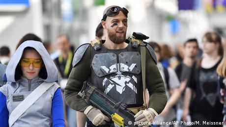 Nie wszyscy odwiedzający targi Gamescom są w cywilu. Wielu z nich to cosplayerzy, czyli fani, którzy przebierają się za postaci z gier komputerowych. Nawet dla tych najbardziej kreatywnych istnieje kilka ograniczeń - częścią kostiumu nie może być prawdziwa broń ani atrapy, które za bardzo ją przypominają.